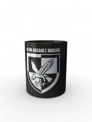 Černý hrnek 16 AIR ASSAULT BRIGADE